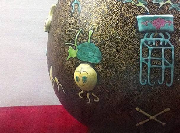 《清‧乾隆─黑地粉彩描金堆塑八寶雙耳瓶》。圖/擷取自馬伯庸〈少年Ma的奇幻歷史漂流〉。