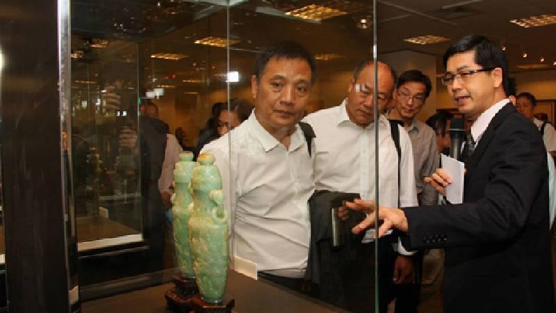 雅昌網台灣站記者會上參觀玉器精品。圖/非池中藝術網。