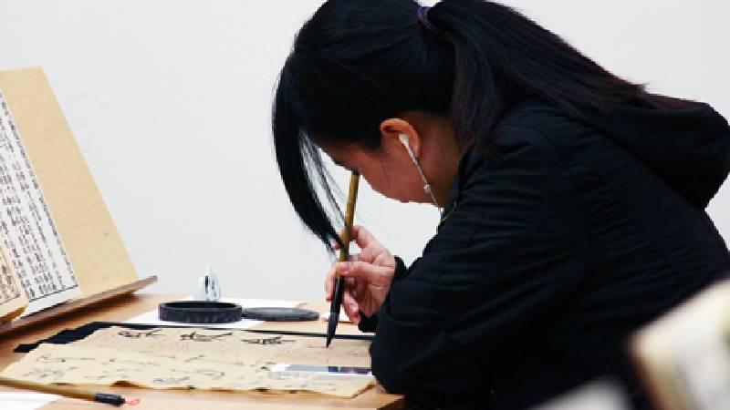 徐冰,〈英文方塊字書法與教室〉。圖/非池中藝術網攝。