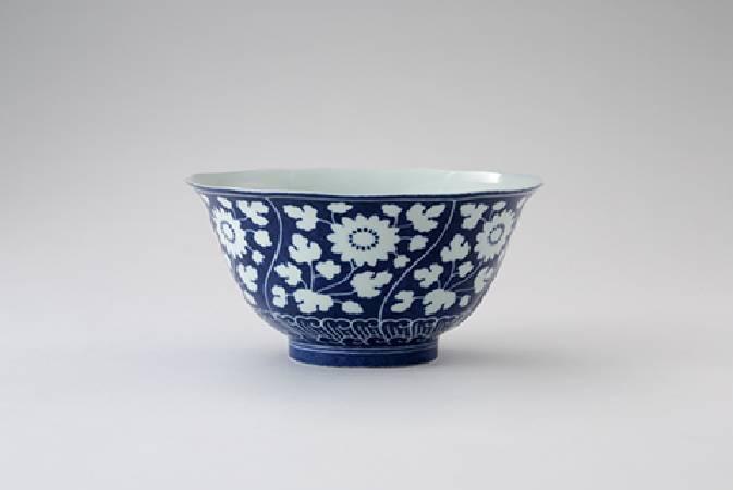清雍正〈藍地留白葵花式碗〉,「大清雍正年製」六字款