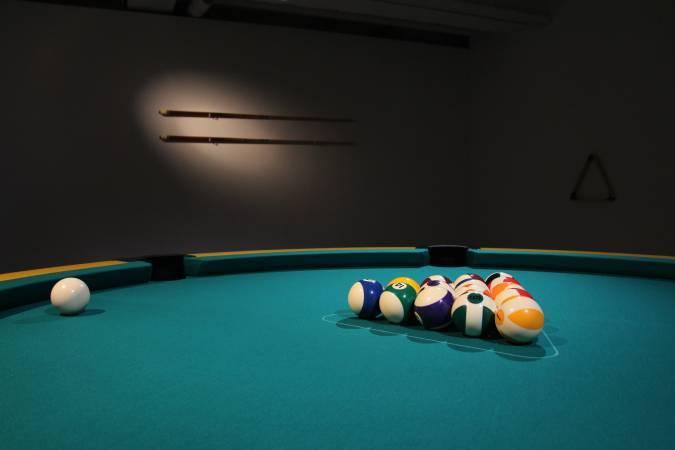 紀紐約,《圓形撞球檯》,2014。圖/紀紐約提供。