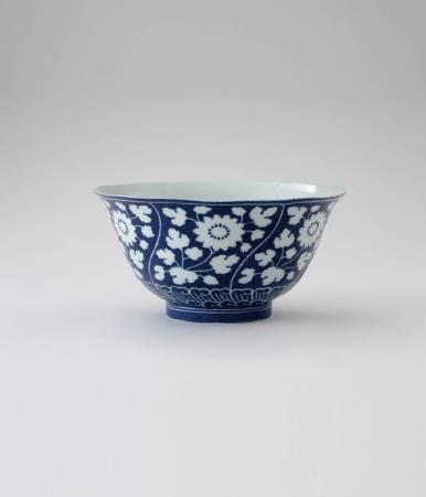 藍地留白葵花式碗。