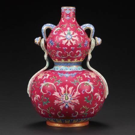 清乾隆 洋彩胭脂紅纏枝花卉靈芝耳綬帶葫蘆瓶