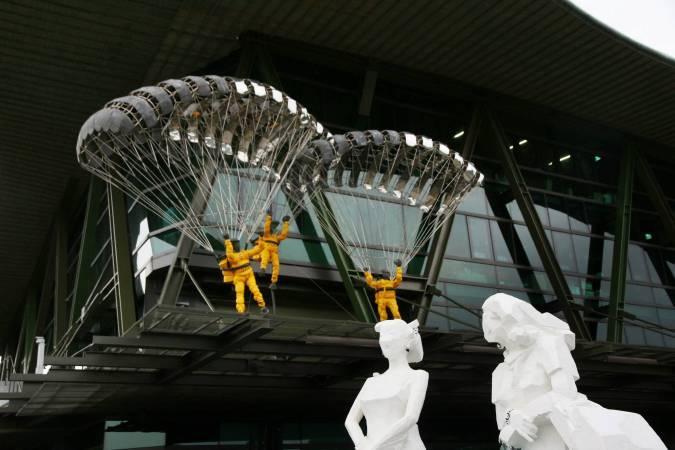 朱銘,《人間系列-降落傘》、《人間系列,2012》。圖/非池中藝術網攝。