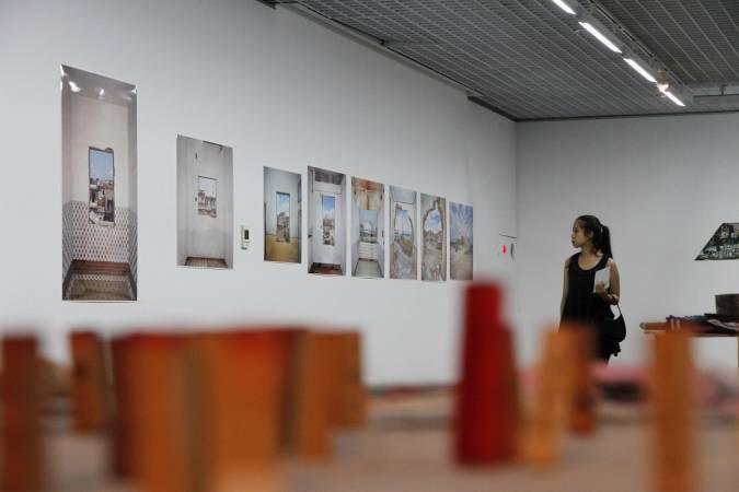 陳伯義,《紅毛港遷村實錄─家》展場。圖/非池中藝術網攝。