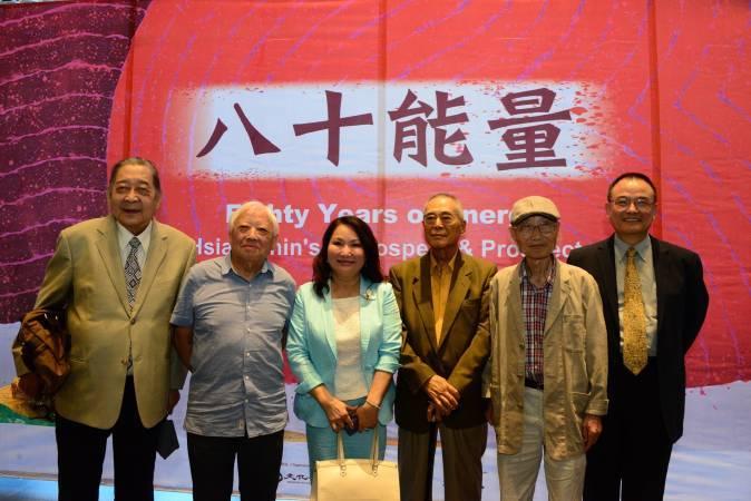 國美館蕭宗煌館長(右一)與蕭勤老師(右三)及東方畫會成員合影,中為吳素琴執行長