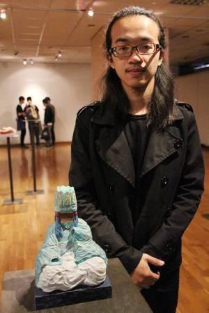 國際袖珍雕塑展銀賞,謝衡《盲從》。圖/非池中藝術網攝。
