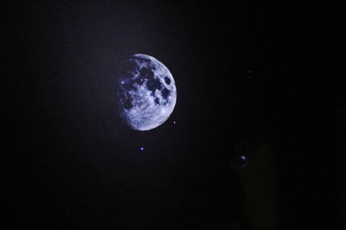盧征遠《房間裡的月亮》。圖/非池中藝術網攝。
