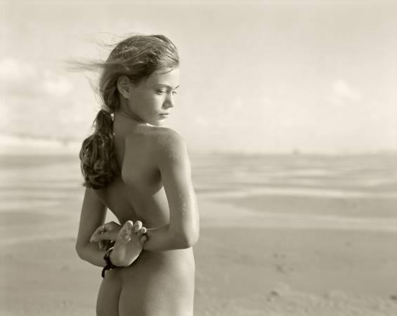 《Fanny, Montalivet, France》,1996。圖取自A Photo Editor。