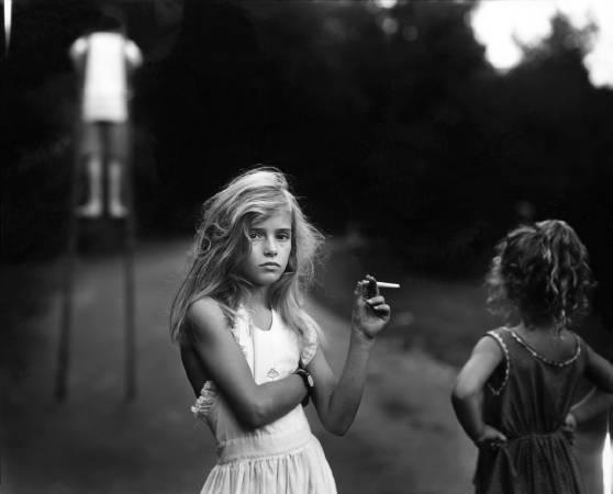 攝影集《親密家庭》系列作品,Candy Cigarette。圖取自Jessica Louise Bell。