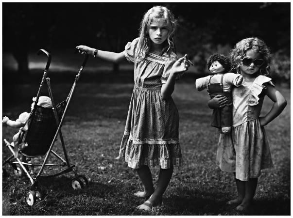 攝影集《親密家庭》系列作品,The New Mothers。圖取自Jessica Louise Bell。