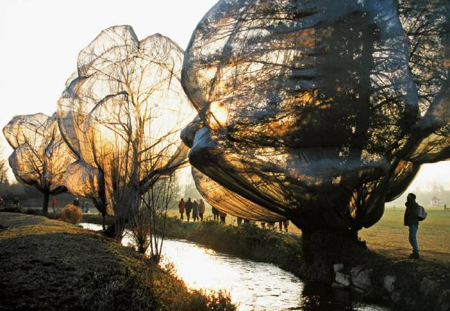 Christo and Jeanne-Claude,《Wrapped Trees》,1997-98 。