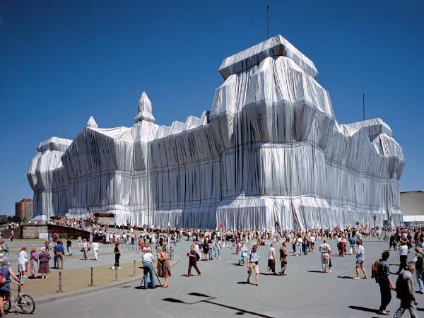 Christo and Jeanne-Claude,《Wrapped Reichstag》,1971-95 。