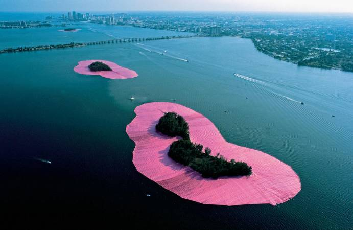 Christo and Jeanne-Claude,《Surrounded Islands》,1980-83 。