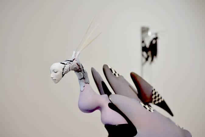 盧嬿宇《無垠之境II》白陶、釉下彩、釉、樹脂土 80×40×64cm 2015