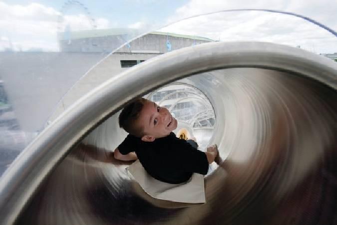 英國藝術家卡斯登•赫勒設計的溜滑梯。圖/取自The Art Newspaper。