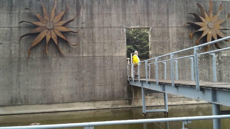 尼古拉作品懸掛於東和鋼鐵苗栗廠區建物上。圖/東和鋼鐵文化基金會提供。