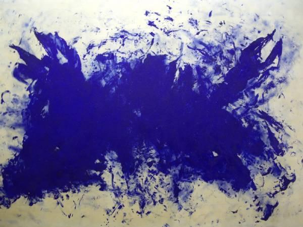 伊夫•克萊因用國際克萊因藍創作單色畫。