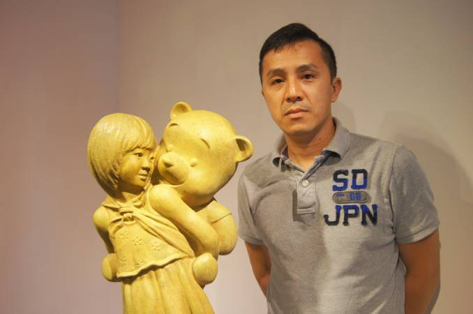 藝術家王志文及其最新作品《熊抱》銅