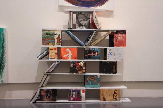 董振平用書與隔板排成中文字體「愛」。圖/非池中藝術網攝。