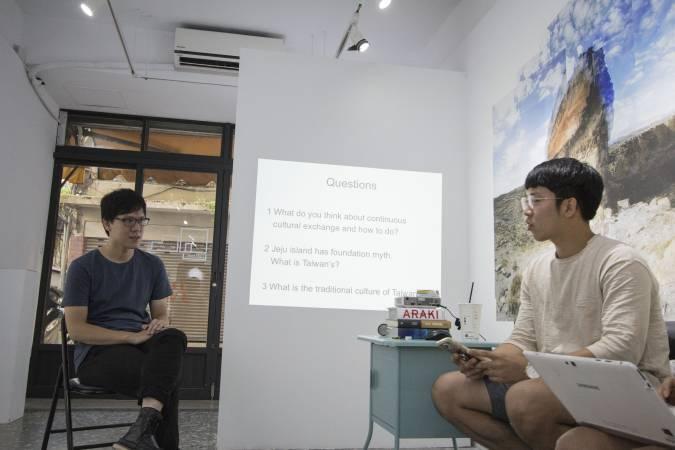 彭才瑄和來自濟州大學美術系的學生對談。圖/ 非池中藝術網攝。