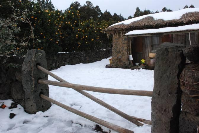 橫木文化居民使用的大門。圖/ 取自 Bohemian Traveler。
