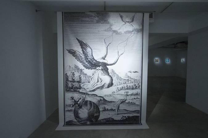摩勒將聖經蝕刻版畫掃描放大,把人物的型態加以修改。圖/ 非池中藝術網攝。
