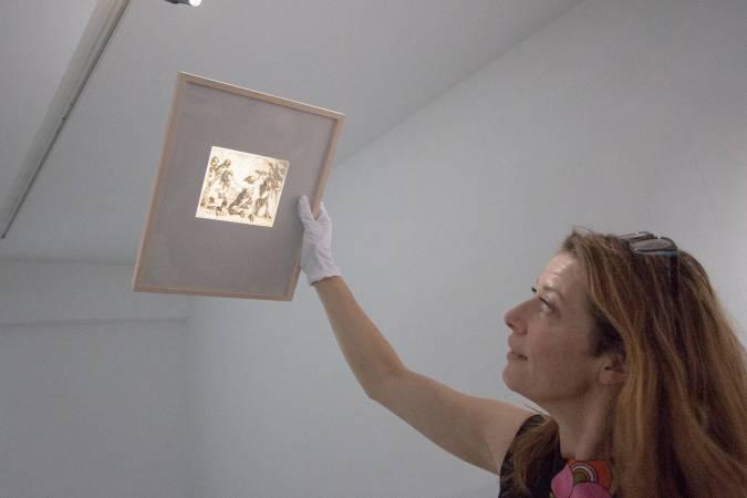 一系列修改蝕刻版畫作品的背面,能透過光線看出塗改痕跡。圖/ 非池中藝術網攝。