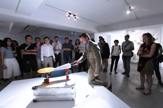 拉納在展場操作大衛.鮑伊唱盤裝置。圖/ 非池中藝術網攝。