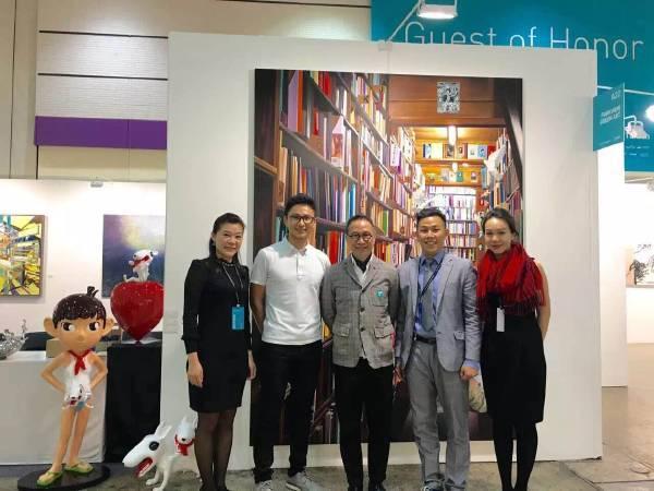 香港著名設計師陳幼堅(中)、藝術家侯忠穎(左2)蒞臨芳草地畫廊