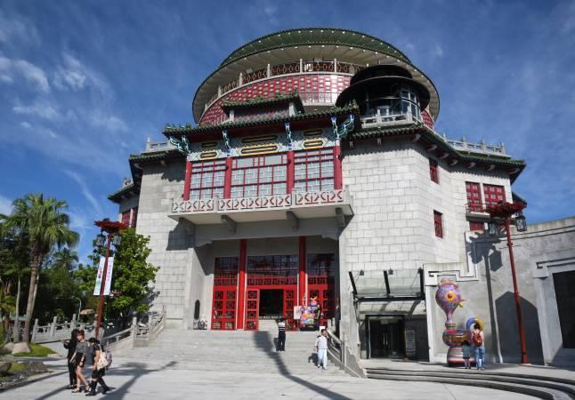 國立工藝中心臺北分館大門 洪易作品與建築相映成趣