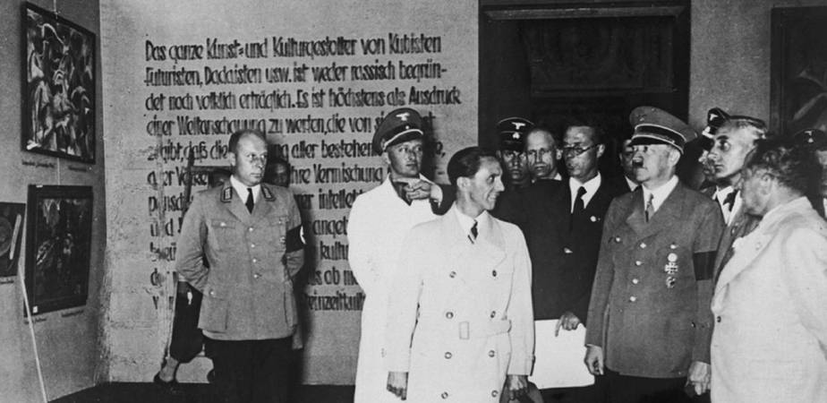 1937年的墮落藝術展現場。