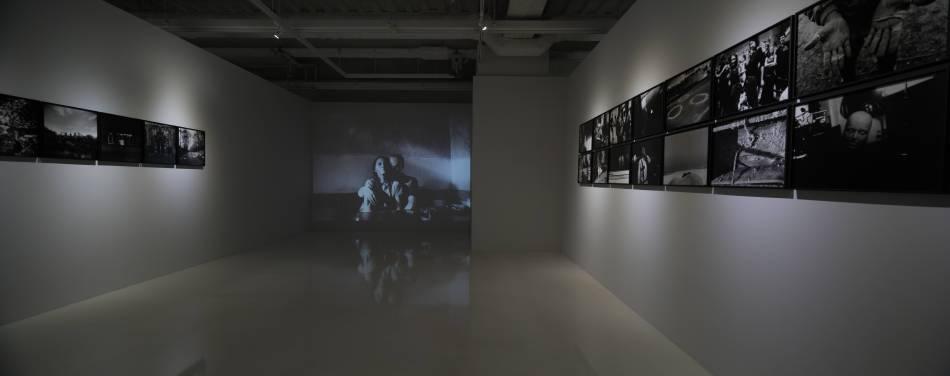 《左心房右心室 張雍作品2003-2017攝影展》7樓 學學白色空間展間。圖/學學提供。