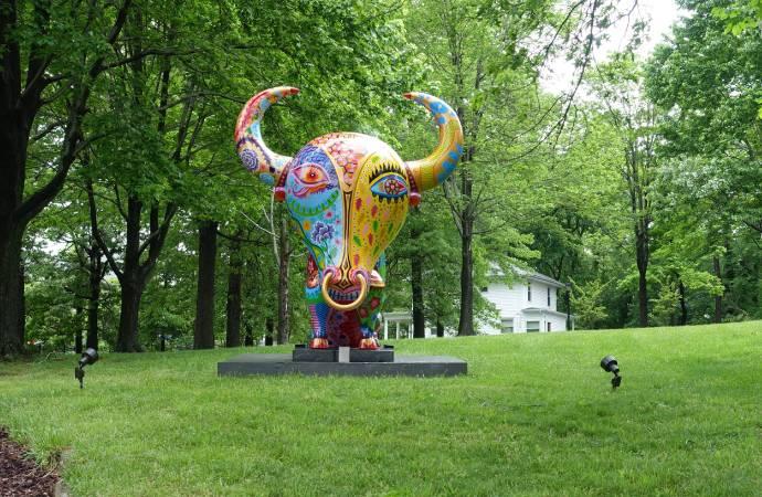 洪易大型彩繪雕塑作品 牛為綠園增添繽紛的色彩