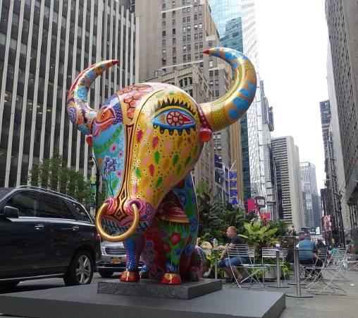 牛 裝置在百老匯街與39街路口