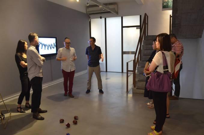 鄭勝(Jung Seung)與策展人暨專業藝評人王焜生討論並現場介紹作品