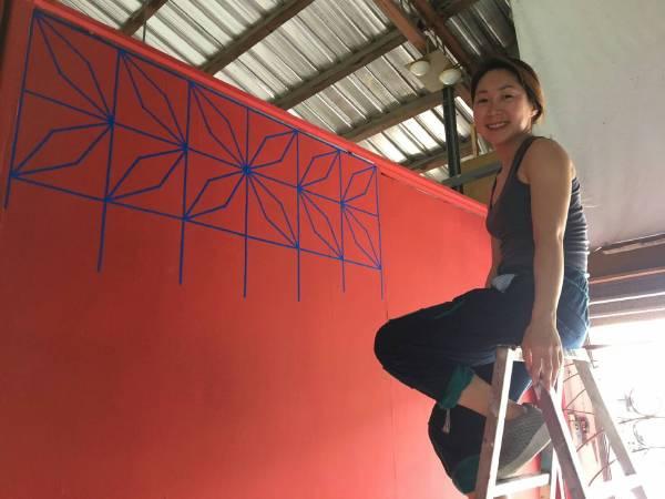 韓國藝術家姜星恩佈展中,她觀察記錄住宅裝設的鐵窗花,並刻印製作出專屬於社區的鐵窗花地圖。