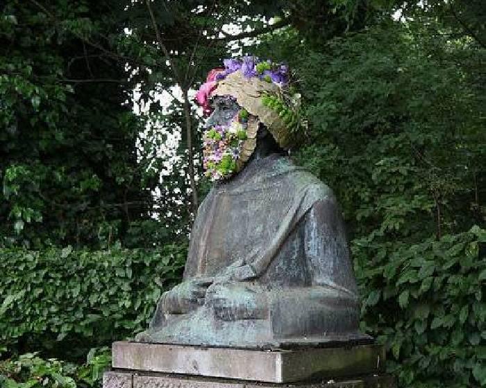 人像遭冷落  藝術家用花朵重新美化