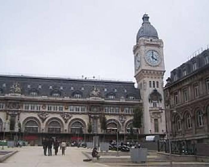 法藝術家待20米高台 看巴黎市民生活