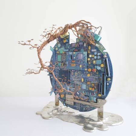 林佑森 (LAM Yausum), 大樹底下好遮蔭?(A tree protects? ), 30×15×29 cm, 2017,複合媒材(Mixed Media) 。