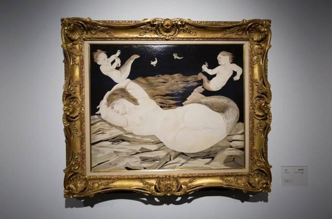 北師美術館「日本近代洋画大展」一景。藤田嗣治《人魚》。圖/非池中藝術網攝。