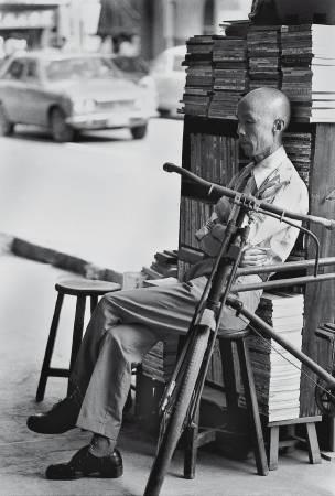 周夢蝶(1921-2014,現代詩人),藝術微噴纖維紙基相紙,51x66cm(畫心30.5x45.5cm),1970s