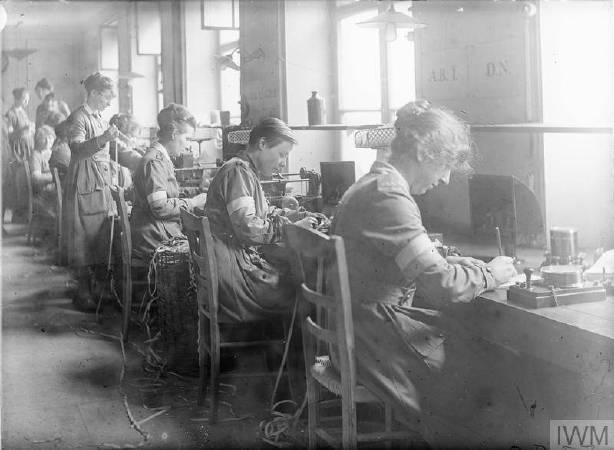 一戰時期女性當電話接線生傳遞訊息。圖/取自©IWM,http://www.iwm.org.uk/collections/item/object/205194659