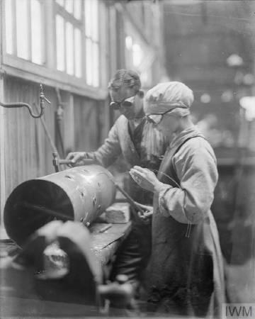 一戰時期維修軍事器材。圖/取自©IWM,http://www.iwm.org.uk/collections/item/object/205196042