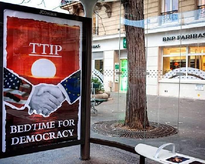 海報佔領巴黎公車站  對抗全球暖化