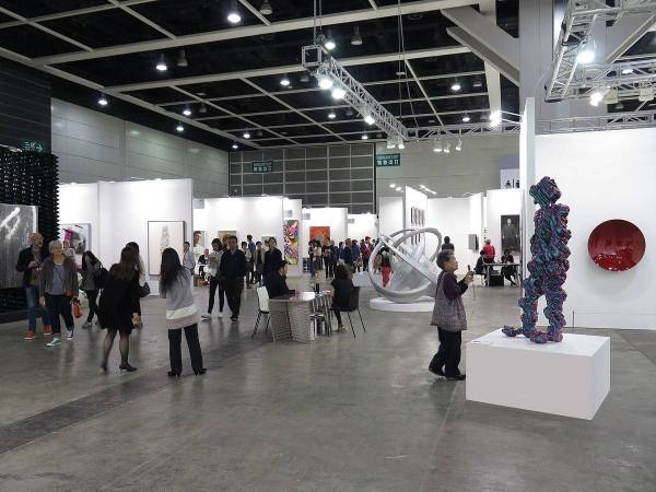 https://commons.wikimedia.org/wiki/File:HK_Art_Basel_2015_View1.JPG