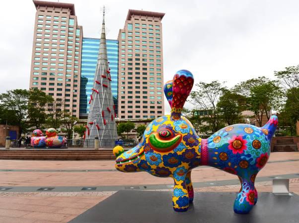 市民廣場上繽紛艷麗的彩繪雕塑,讓過往的行人紛紛停下腳步 洪易 大旺狗 鋼板烤漆 300x102x230cm