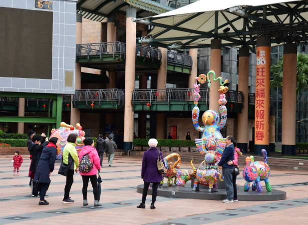 新北市政府市民廣場公共藝術展 洪易大型彩繪雕塑拉近與民眾的距離,使藝術更親近生活 洪易 馬戲團群組