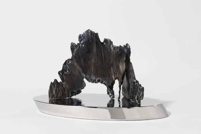 宋璽德,小島系列-和尚念經,鋼、不鏽鋼,42x21x25cm。
