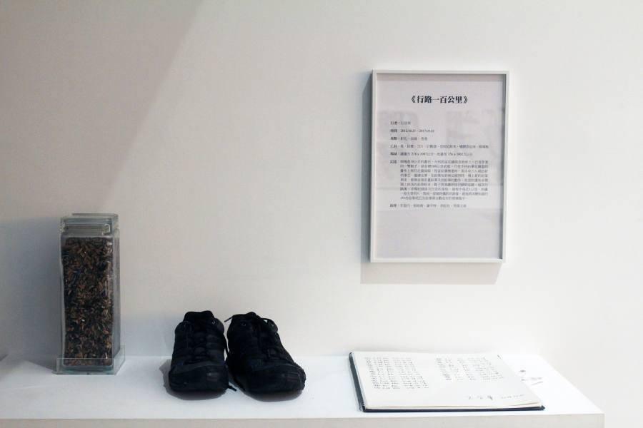 石晉華手持鉛筆來回行走繪畫《行路一百公里 》,10公尺長x2公尺寬畫布從純白至沉黑,鉛筆耗盡一生。圖/非池中藝術網攝。